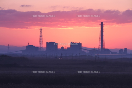 夜明け前の発電所の写真素材 [FYI00171763]