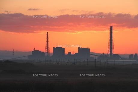 夜明け前の発電所の写真素材 [FYI00171766]