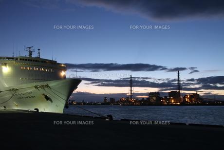 フェリー埠頭と発電所の写真素材 [FYI00171771]