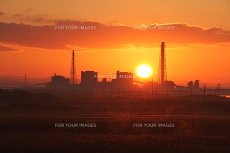 朝陽と発電所の写真素材 [FYI00171772]