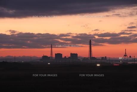 夜明け前の発電所の写真素材 [FYI00171780]