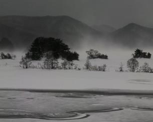 吹雪く厳冬の湖畔の写真素材 [FYI00171875]