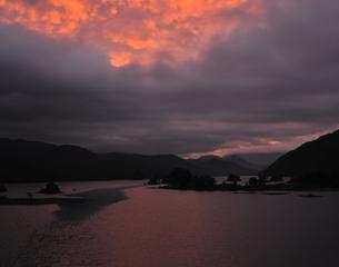 湖畔の朝焼けの写真素材 [FYI00171898]