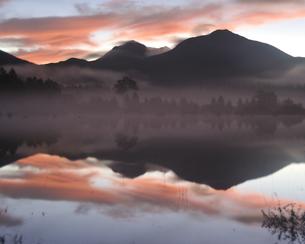 幻の湖の朝焼けの写真素材 [FYI00171899]