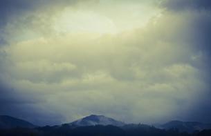 青く覆う雲の写真素材 [FYI00171919]