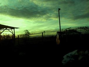 道路わきの夕暮れの写真素材 [FYI00172109]