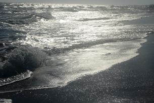 銀色に輝く寄せる波の写真素材 [FYI00172131]