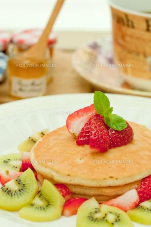 ストロベリーパンケーキの写真素材 [FYI00172197]