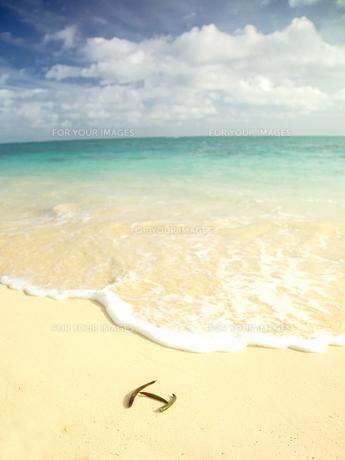 浜辺に置かれたHの文字の写真素材 [FYI00172208]