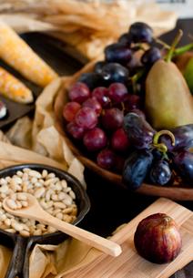 秋の食卓の果物たちの写真素材 [FYI00172217]