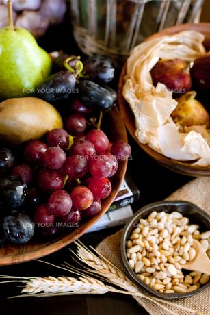 秋の食卓上の果物たちの写真素材 [FYI00172221]