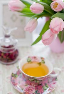 ピンクのチューリップとティーカップの写真素材 [FYI00172225]