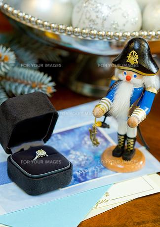 クリスマスプレゼントの指輪の写真素材 [FYI00172245]