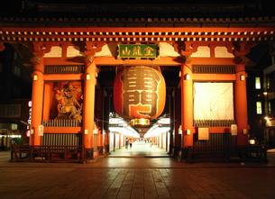 浅草寺 夜の雷門の写真素材 [FYI00172299]