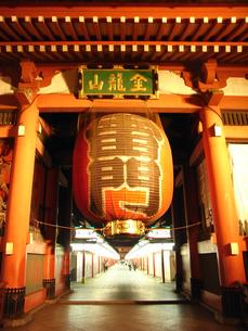 浅草寺 夜の雷門の写真素材 [FYI00172305]