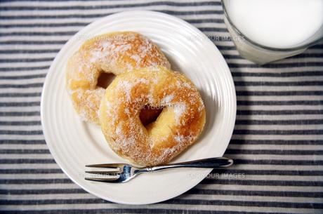 ドーナツとミルクの写真素材 [FYI00172596]