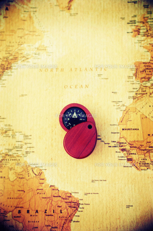 地図と方位磁石の写真素材 [FYI00172871]