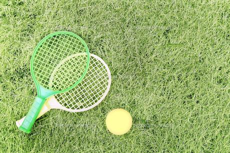 芝生の上のテニスセットの写真素材 [FYI00173217]