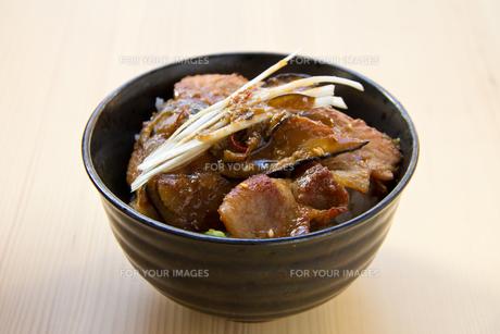 豚とナスのスタミナ丼の写真素材 [FYI00173272]