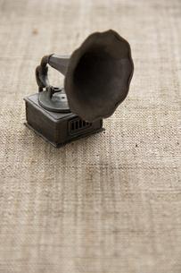 ミニチュア蓄音機の写真素材 [FYI00173274]