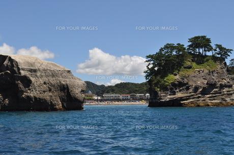 堂ヶ島の海から見る海岸の写真素材 [FYI00173454]