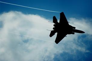 飛行するF-15のシルエットの写真素材 [FYI00173680]