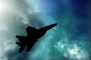 碧空を飛ぶF-15のシルエットの写真素材 [FYI00173685]