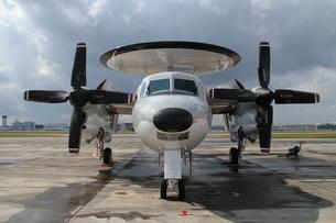早期警戒機E-2ホークアイの正面の写真素材 [FYI00173716]