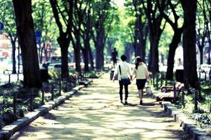 町中を歩くカップルの写真素材 [FYI00173915]