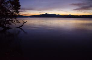 朝焼けの十和田湖の写真素材 [FYI00173937]