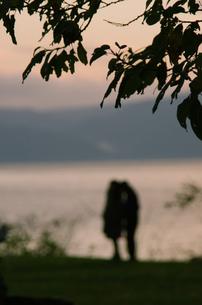 湖畔で語り合うカップルの素材 [FYI00173947]