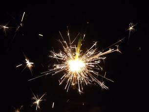 火花散る花火の写真素材 [FYI00173969]