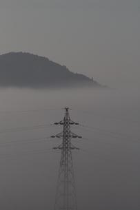 霧に浮ぶ鉄塔の写真素材 [FYI00174025]