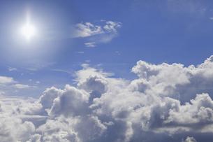 青空と白い雲と太陽の写真素材 [FYI00174875]