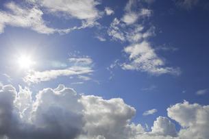 青空と白い雲と太陽の写真素材 [FYI00174876]