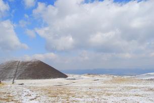 阿蘇山中腹・雪で薄ら化粧の写真素材 [FYI00175205]