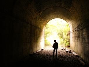 トンネルに立つ女性の写真素材 [FYI00175242]