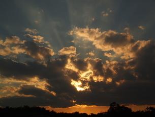 雲に隠れる夕日の素材 [FYI00175305]