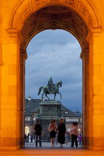 Dresden 夜景 ザクセン王ヨハン 騎兵 記念像  乗馬の写真素材 [FYI00175311]