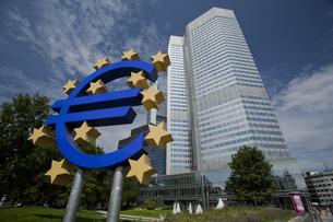 欧州中央銀行 ユーロ フランクフルト 金融 通貨ユーロ記号 モニュメントの写真素材 [FYI00175326]