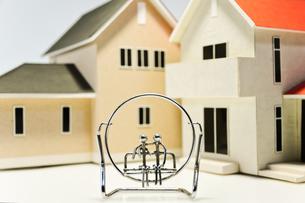建築模型とカップルの写真素材 [FYI00175514]