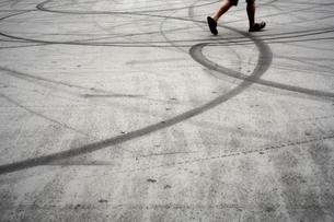 道路と足の写真素材 [FYI00175554]