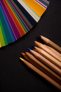 色鉛筆とカラーチャートの写真素材 [FYI00175569]