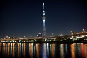 ライトアップされた東京スカイツリーの写真素材 [FYI00175586]