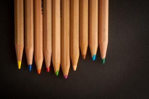使いかけの色鉛筆2の写真素材 [FYI00175607]