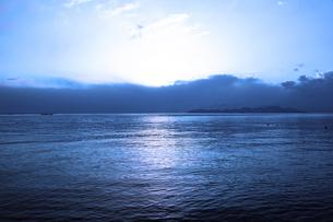 夜明けの湖の写真素材 [FYI00175673]