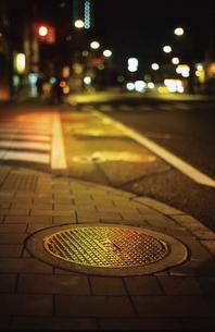 夜のマンホールの写真素材 [FYI00175923]