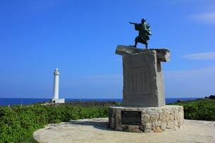 沖縄  泰期像と残波岬灯台の写真素材 [FYI00176107]