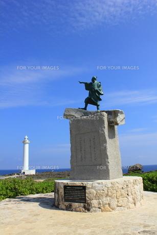 沖縄  泰期像と残波岬灯台の素材 [FYI00176115]