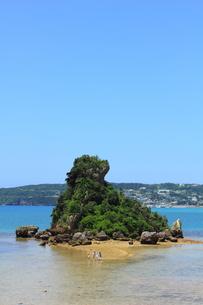 沖縄 古宇利大橋傍の小島の写真素材 [FYI00176117]